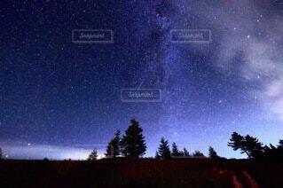 天の川と満天の星空の写真・画像素材[3718111]