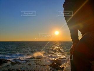 夕日と波の写真・画像素材[2981591]