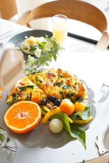 食べ物の皿をテーブルの上に置くの写真・画像素材[3014984]