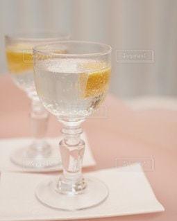 テーブルの上にワインを一杯入れますの写真・画像素材[3019168]