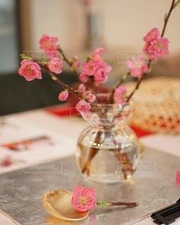 テーブルの上の桃の花の写真・画像素材[3019171]