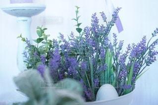 紫色の花で満たされた花瓶の写真・画像素材[3019170]