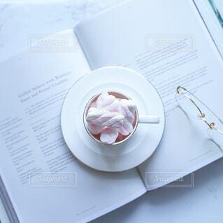 本の上のカップの写真・画像素材[4256358]