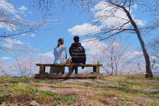 ベンチに座る2人の写真・画像素材[2977284]