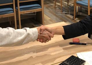 契約成立の握手の写真・画像素材[2976973]