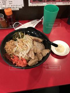 赤いトレイの上に食べ物のプレートの写真・画像素材[1136709]