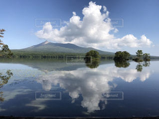 空と湖と山の写真・画像素材[1136738]