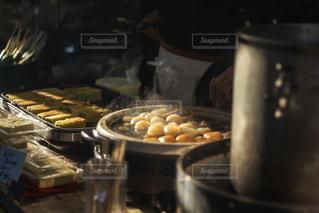 カウンターで食べ物の写真・画像素材[2983336]