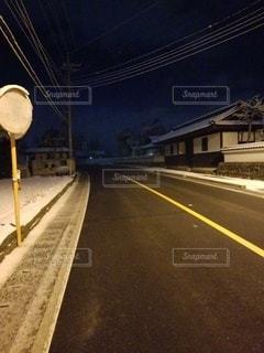 冬の夜道の写真・画像素材[2984678]