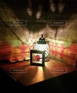 サイドテーブルとランプの写真・画像素材[2986851]