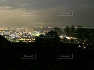 都市を背景にした大きな水域の写真・画像素材[2984983]