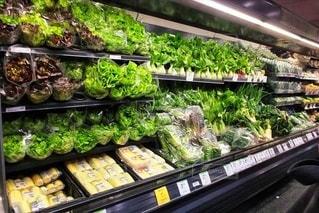 展示されているたくさんの野菜で満たされた店の写真・画像素材[2988885]