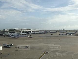 空港で駐機場に止まっている飛行機の写真・画像素材[707309]