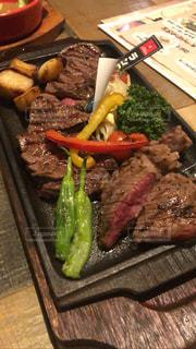 まな板の上の肉と野菜の食事の写真・画像素材[2988607]