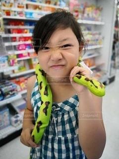 ヘビを首に巻く女の子の写真・画像素材[2987925]