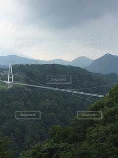 山を背景にした橋の写真・画像素材[2992596]