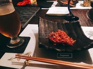 食べ物の皿をテーブルの上に置くの写真・画像素材[2992621]
