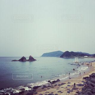 ビーチに座っている人々のグループの写真・画像素材[2992625]