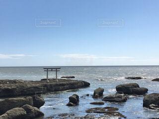 海の隣にある岩場のビーチの写真・画像素材[2994681]