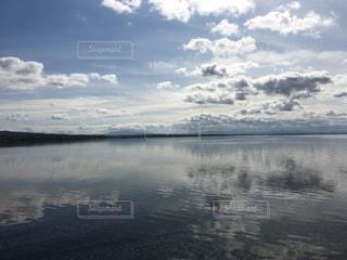 水域の上空の雲の群れの写真・画像素材[2994873]