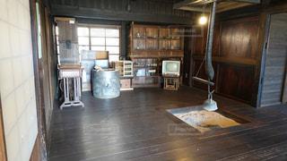 暖炉と大きな窓のある部屋の写真・画像素材[2993775]