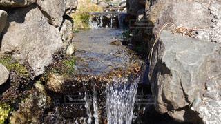 岩場に広がった小さな滝の写真・画像素材[2993780]