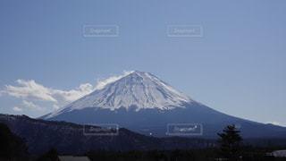 雪に覆われた山の眺めの写真・画像素材[2993778]