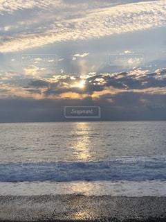 水の体に沈む夕日の写真・画像素材[2993792]