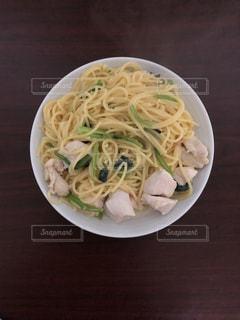 小松菜とチキンのクリームパスタの写真・画像素材[3041069]