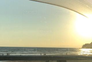 ビーチに沈む夕日の写真・画像素材[2997602]