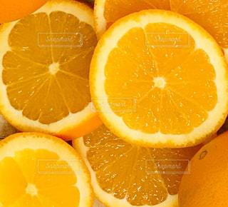 半分にスライスしたオレンジのクローズアップの写真・画像素材[3076625]