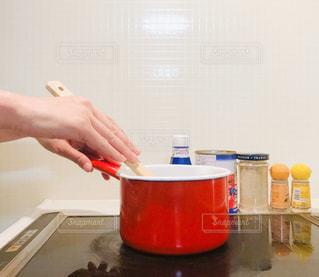 台所で食べ物を準備している人の写真・画像素材[3086995]