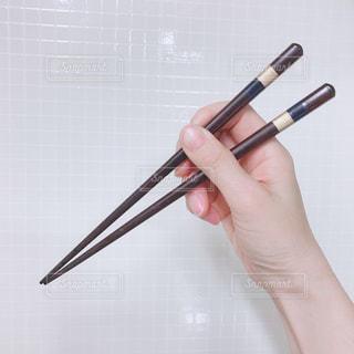 箸を持っている手の写真・画像素材[3175792]
