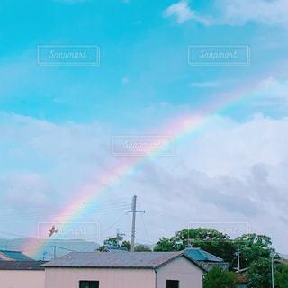 空に虹と鳥の写真・画像素材[3013819]