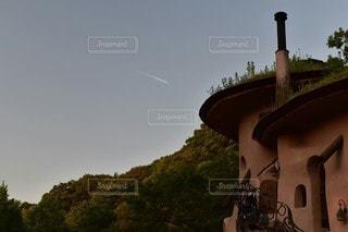 夕方のひこうき雲の写真・画像素材[3004172]