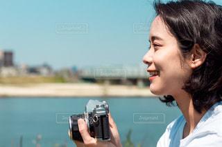 カメラを持つ女性の横顔の写真・画像素材[3112272]