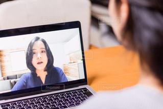 オンライン会議をする女性の写真・画像素材[3121894]