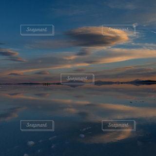 絶景。夕暮れ時のウユニ塩湖の写真・画像素材[3011975]