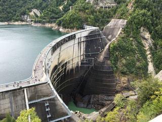 水の体の上の橋の写真・画像素材[1217546]