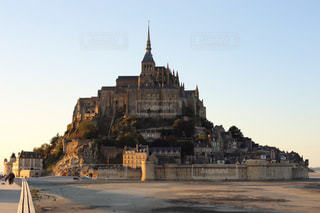 城の上にモン ・ サン ・ ミシェルの写真・画像素材[1217548]