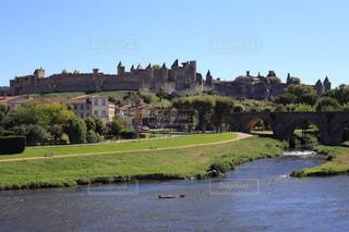 バック グラウンドでカルカソンヌと水体に囲まれた城の写真・画像素材[1217551]
