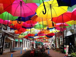 カラフルな傘の写真・画像素材[1217614]