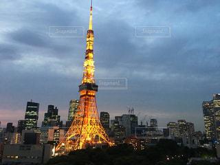 街にそびえる大きな時計塔の写真・画像素材[1217621]