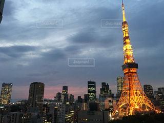 街にそびえる背の高い時計塔の写真・画像素材[1217622]