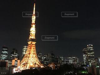時計塔を背景に東京タワーの夜のライトアップの写真・画像素材[1217623]