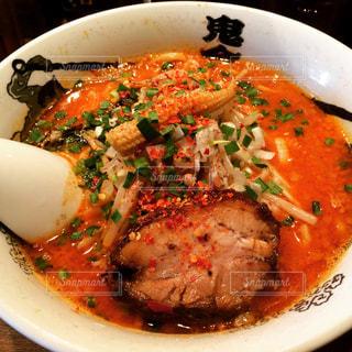 肉と白いプレートに野菜スープのボウルの写真・画像素材[1217669]