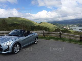 山の道の側面に駐車の写真・画像素材[1217670]