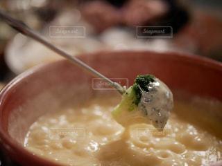 近くにブロッコリーと食品のプレートのアップの写真・画像素材[1217676]