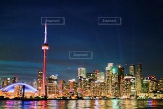 水面が魅せるトロントの夜景の写真・画像素材[3008116]