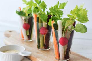グラスに盛り付けた野菜スティックの写真・画像素材[3023928]